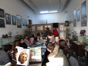 """Vizitatori, la Muzeul Brăilei """"Carol I"""" - Centrul Diversităţii Culturale. Grup de la Liceul de Arte """"Hariclea Darclée"""" Brăila (clasa a IX-a, """"Arhitectură"""