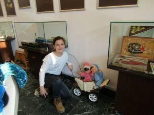 """Vizitatori şi mai mari şi mai micuţi. Expoziţia """"Unde eşti, copilărie...?"""". Jucării din colecţiile Asociaţiei Muzeul Jucăriilor Bucureşti, la Muzeul Brăilei """"Carol I"""" - Centrul Diversităţii Culturale."""