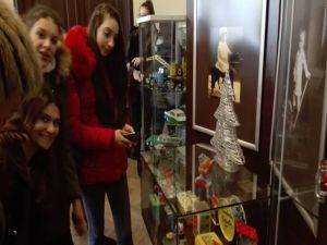 """Vizitatori şi mai mari şi mai micuţi. Expoziţia """"Unde eşti, copilărie...?"""". Jucării din colecţiile Asociaţiei Muzeul Jucăriilor Bucureşti, la Muzeul Brăilei """"Carol I"""" - Secția Etnografie."""