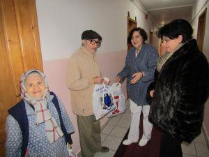 """Donaţie a colectivului Muzeului Brăilei """"Carol I"""", de Crăciun, la Căminul de bătrâni """"Sfântul Nicolae"""" Brăila."""