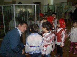 """Copiii de la Grădinița Waldorf au sărbătorit Ziua Naţională a României - 1 Decembrie, la Muzeul Brăilei """"Carol I"""