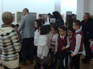 """Vizitatori, în expoziția permanentă, deschisă la Muzeul Brăilei """"Carol I"""" - Secţia Artă"""